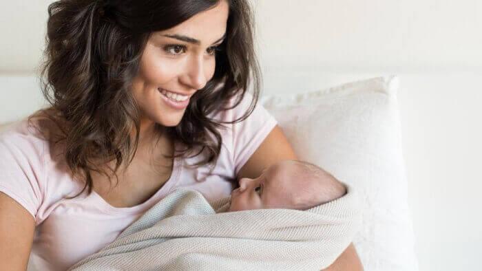 Годувати дитину уві сні грудним молоком: до чого сниться?