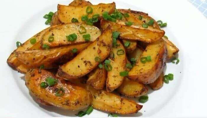 Картопля по-селянськи в духовці зі сметанним соусом