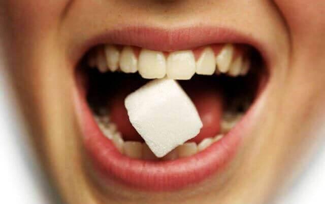 Солодкий присмак у роті: причини