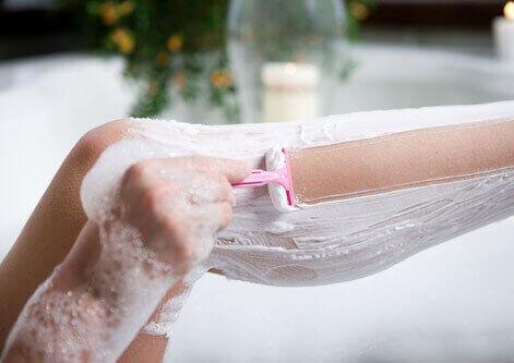 Як правильно брити ноги