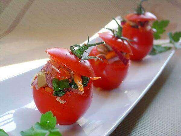 Томати, фаршировані овочами