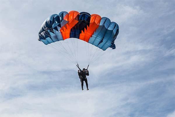 Сонник парашутисти: до чого сняться і що означають сни про парашутистів