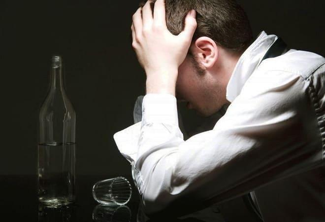 Причини блювоти з кров'ю після алкоголю або з похмілля