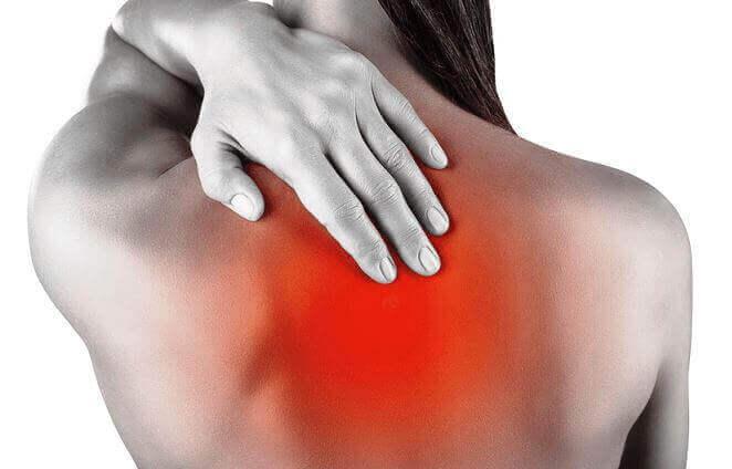 Біль у спині між лопатками: причини