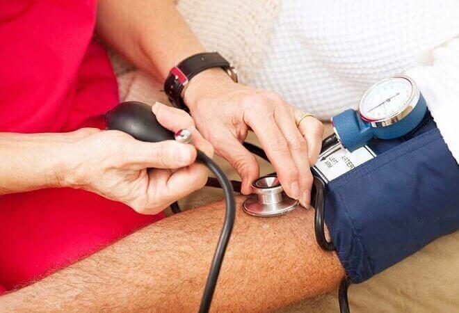 Що робити при болю в серці і низькому тиску